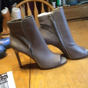 NWOT CAMUTO ZIPPERED LEATHER ANKLE SANDALS